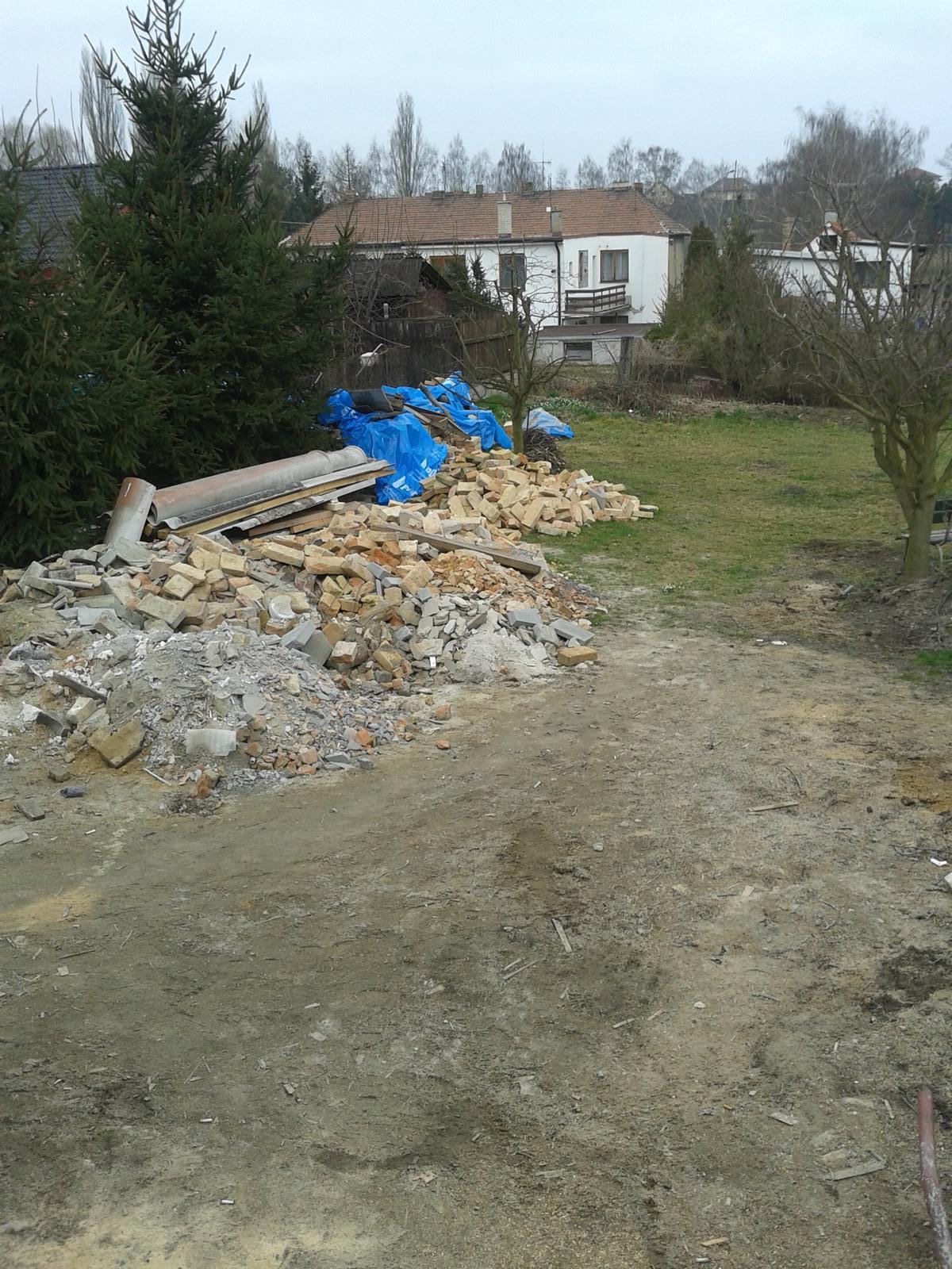 Domeček rekonstruujeme pro rodiče - pořádek na zahradě....