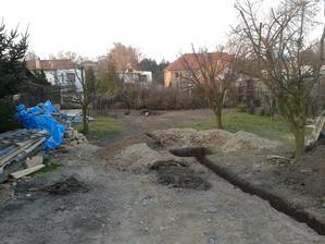 Příprava na vsakovací jímku - uklizená zahrada alespoň z části