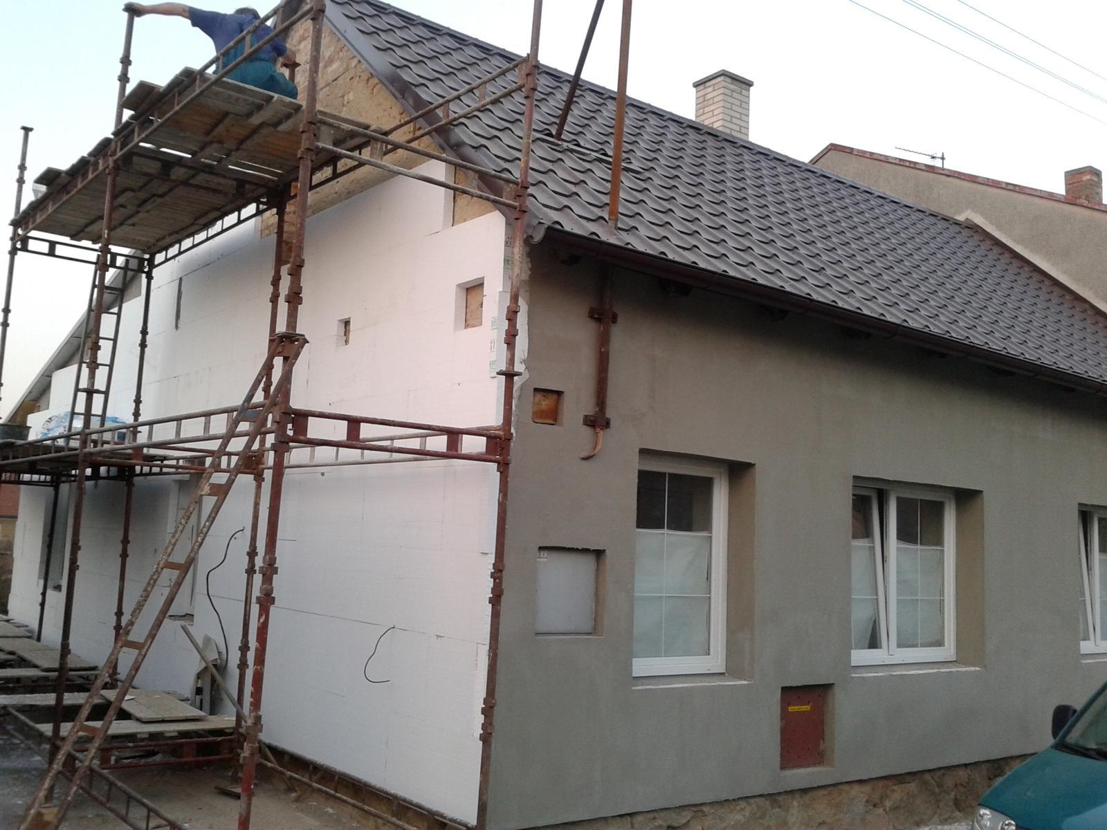 Domeček rekonstruujeme pro rodiče - Předek natažený lepidlem - boční stranu už zateplují
