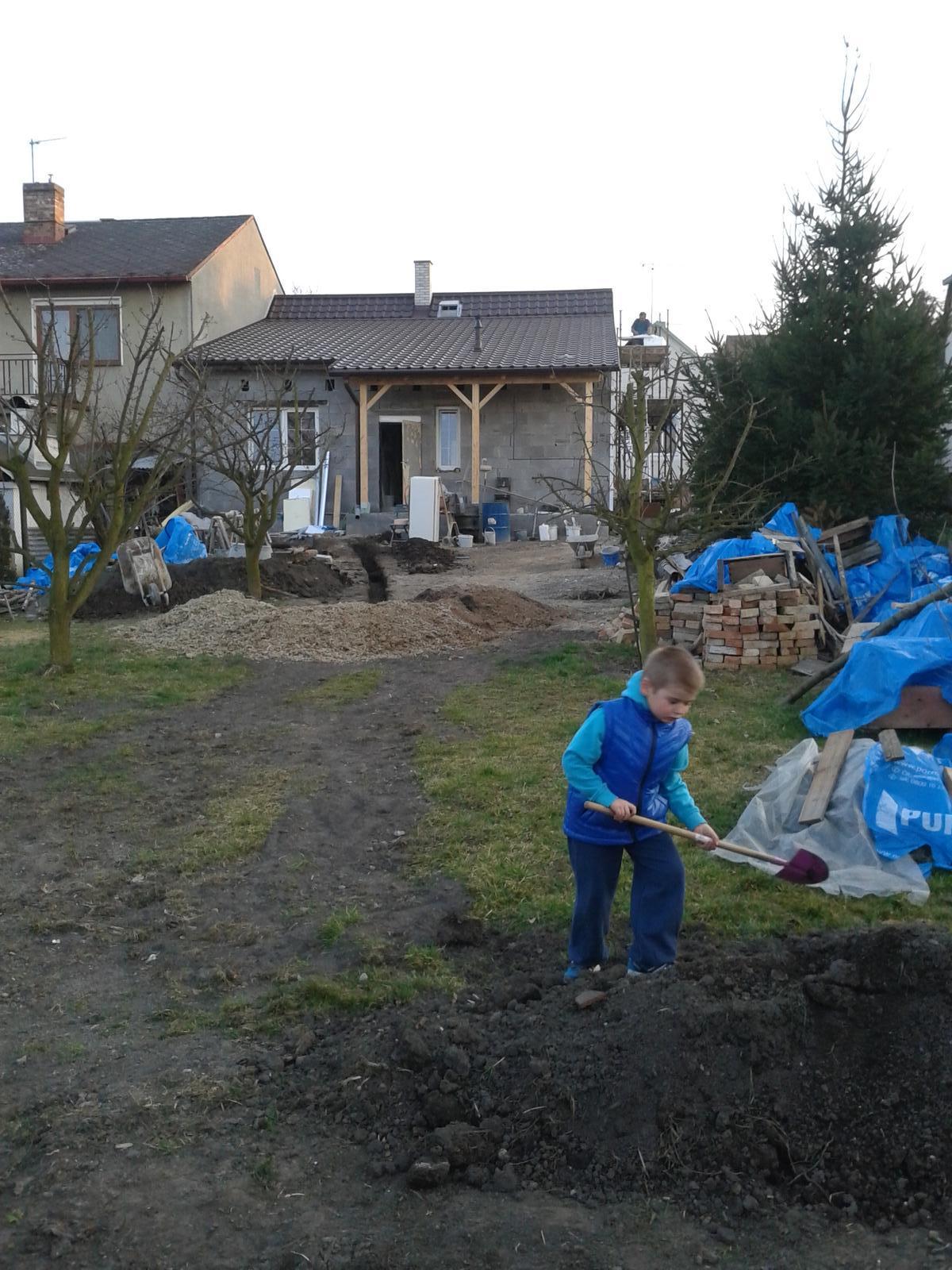 Domeček rekonstruujeme pro rodiče - Malý velký pomocník kope základy pro domeček na nářadí