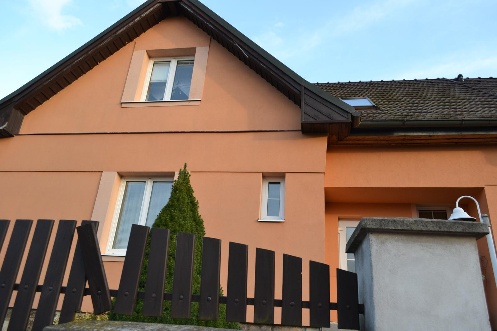 Domeček rekonstruujeme pro rodiče - Vybraná barva fasády - ve skutečnosti maličko hnědší - je prostě zvláštní