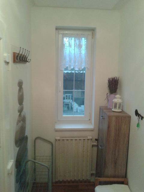 Rekostrukce našeho bydlení - zádveří po sundání obložení, výměně podlahy a polepeni botníku ještě musím natřít topení :-(