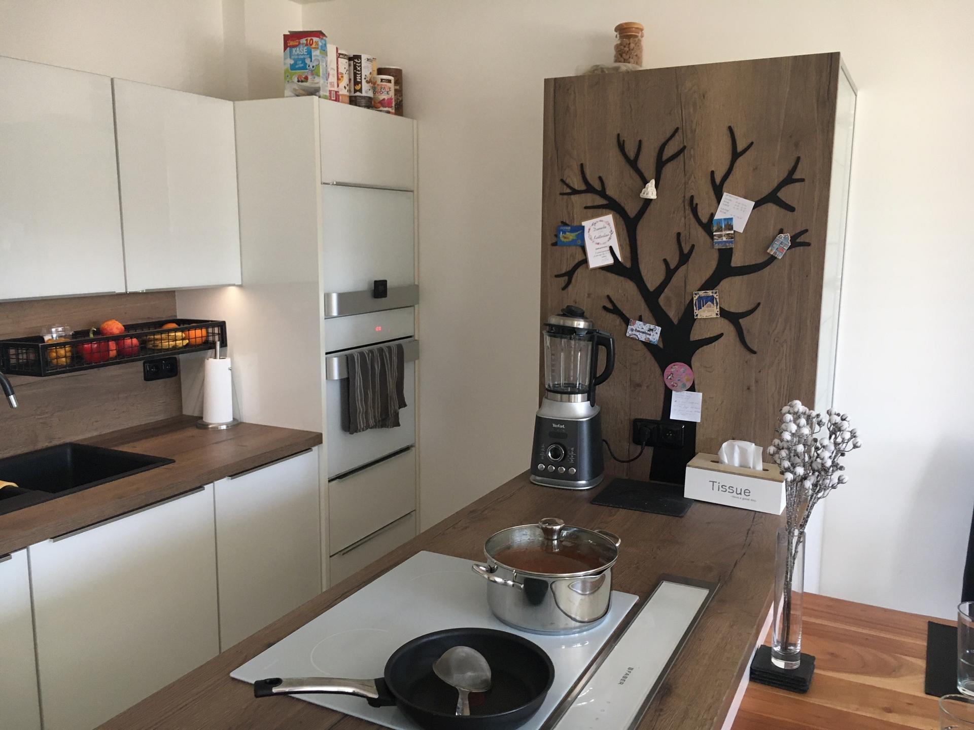 Při nedávné částečné rekonstrukce kuchyně a nového obývacího pokoje to nebylo jen o nábytku, ale i o doplňcích opět navržených na míru a na základě podkladů od nás i vyrobených. Jedná se o magnetický strom a drátěnou polici s výklenem kvůli vysoké baterii. Co říkáte, jak se Vám tyto produkty líbí? - Obrázek č. 3