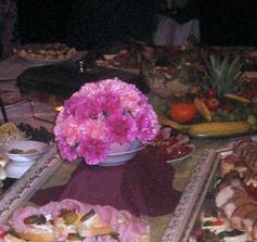 Výzdoba stolu z květinářství Fantasi :-( která stála 600Kč a vypadala jako z mateřské školky