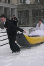 Úkol pro ženicha - převézt na lodi nevěstu na důkaz, že se o ni dokáže postarat