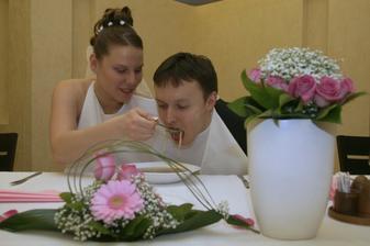 Vzájemné krmení novomanželů