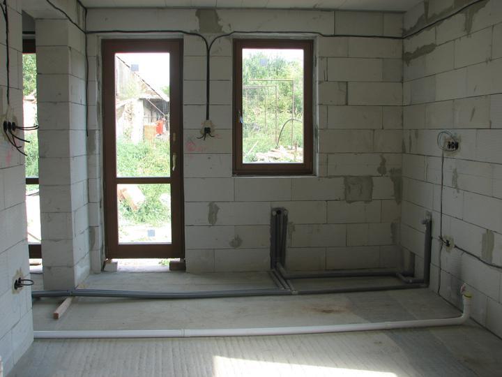 Dom(-ov) - Výhľad z kuchyne na terasu.