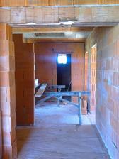 Oproti kúpelňa, naľavo výklenok na vstavanú skriňu