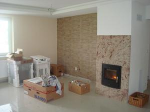 Obývačka s krbom a pripravené elektrospotrebiče :D