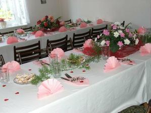 Stoly připravené u nevěsty doma...