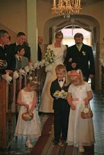 a takto som si už vykračovala k oltáru s ockom, cestičku mi vyzdobili družičky ružovými lupienkami