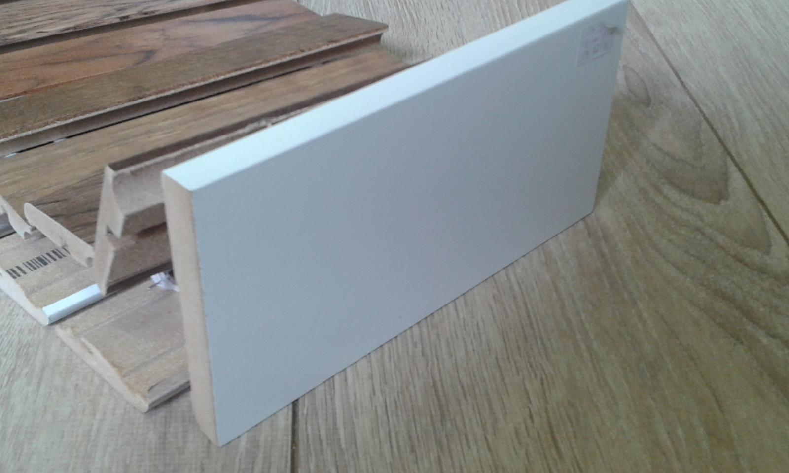 Vysoké biele lišty - vysoká moderná hranatá biela lišta - dĺžka 2,4m , 1,4cm široká, 10cm vysoká. Materiál MDF potiahnutý fóliou.