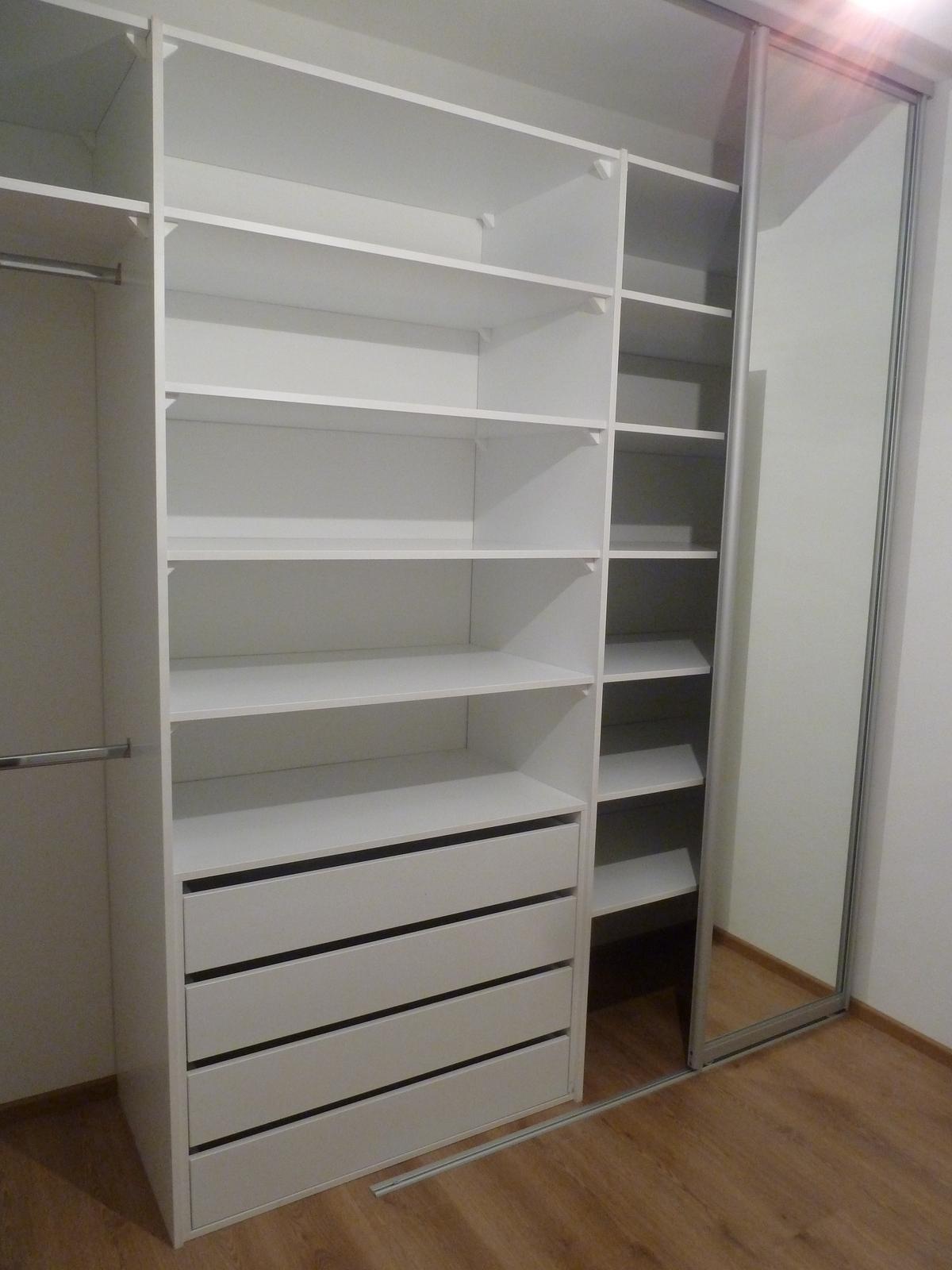 Naša práca...vstavané šatníky, nábytok na mieru... - zákazníčka nemá možnosť zrkadla , takže zrkadlo pojazdné :-)