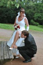 sundavání podvazku zubama se ženichovi velmi líbilo:-)