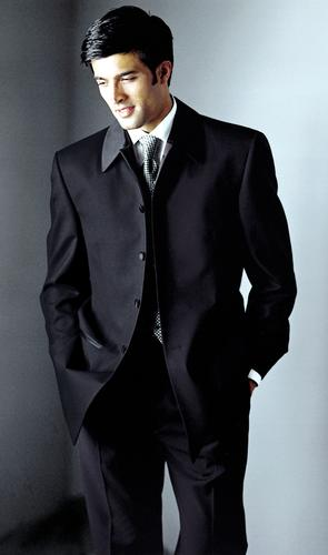 Už sa to kráááti... 30.9.2006 - skoromanžel bude v niečom takomto (ale nie je taky pekný)... Hugo Boss, som zvedava čo ten môj konzervatívec povie, keď na neho budem chcieť navliecť ružovú!!! kravatu, aby mi ladil s mašľou na šatách