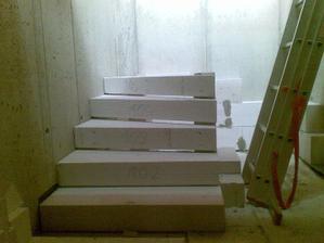 začíname murovať schody z pivnice