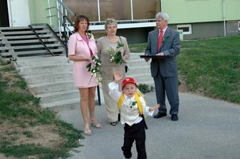 Rodice pred barakem, ceka se uz jen na nevestu s tatinkem