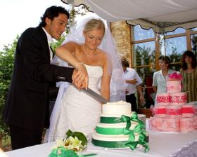 v pozadí falešný dort, který pro nás připravili, ale neskočili jsme jim na to!
