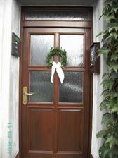 Věnec na dveře je vlastní výroba