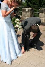 nevěstě upadl ženichův prstýnek a hned je o zábavu postaráno :-)