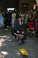 ženich coby vášnivý cyklista musel zdolat překážkovou dráhu na dětském kolečku.