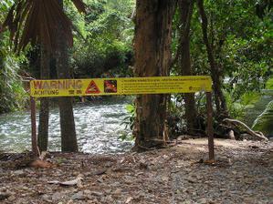 všude jsou varování před krokodýli a jinou havětí