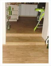 schody z obyvaku do kuchyne