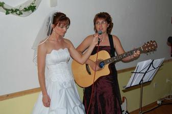 ...a nevesta si zaspievala aj so svojou naj priatelkou