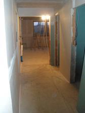 Pohľad z chodby smerom k obývačke. Napravo kúpeľna a WC, naľavo kuchyňa
