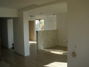 Pohľad z obývačky na jedáleň a kuchyňu