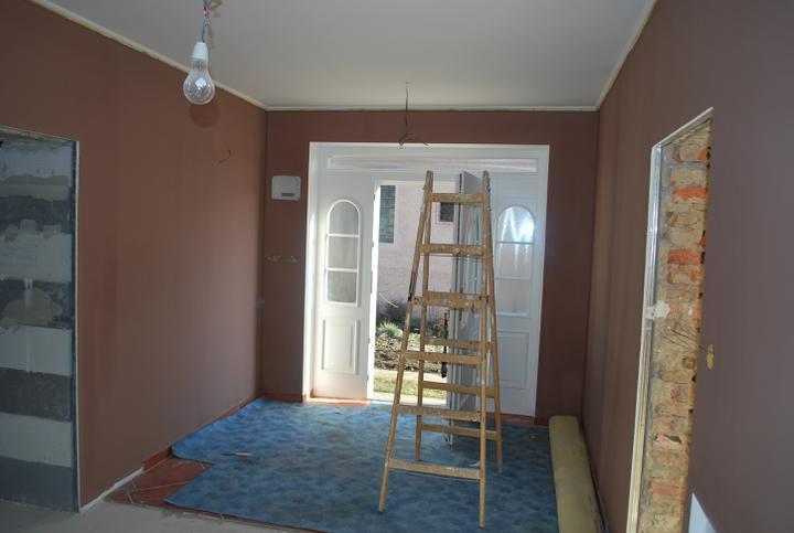 """Naša radosť a """"starosť"""" :) - chdbička dostala farbu, volili sme radšej tmavšiu kvoli udržbe a najma kvoli 5 bielym dveram, aby vynikli :)"""