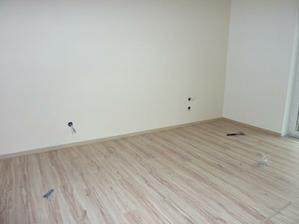 Spálňa omaľovaná a položená podlaha