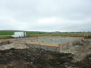 Tak už je aj voda a kanalizacia spravená a pripravené na zaliatie platne 8.8.2010
