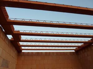 Prvé nosníky na strope