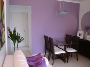 V kuchyni a obyvačke bude určite fialová aspoň jedna stena