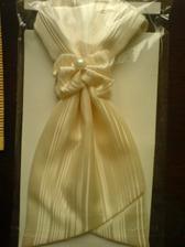 Konečně jsme sehnali světlý oblek pro ženicha s vestičkou.Toto je ukázka kravaty:) Sunset Suits Man