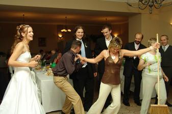 všem se s koštětem tancovat nechtělo, ale bylo použito všech možných donucovacích prostředků:-)