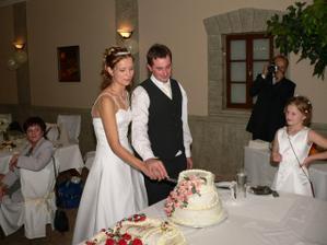 společné krájení dortu – byl moc dobrý