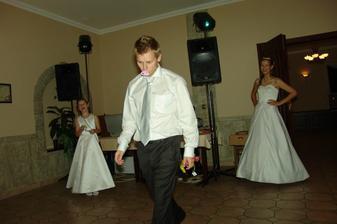 Svatební tombola patřila rovněž ke zpestření svatebního dne. Dan si vylosoval cenu útěchy:-)