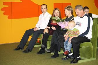 z prava do ľava: švagor Martin,najmladšia sestra Ľubka,moja mama,môj tato z vnúčikom Paťkom