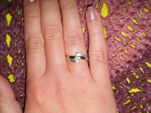a toto prekvapenie to celé začalo :) a o to viac mi prirástol k srdcu, keďže viem, že môj drahý ho komplet navrhol :) vraj tak jedinečná ako som preňho ja , taký je aj prstienok- jediný originál na svete :)