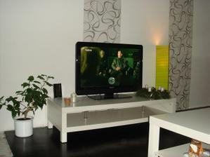 dát bílé poličky nad televizi nebo nedat???