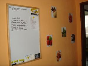 naše tabule úkolů a obrázky v kuchyni