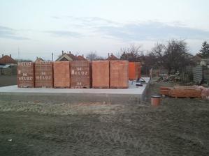 Dnes sme dostali tehly, preklady, komin, protiradonovu izolaciu,... :D