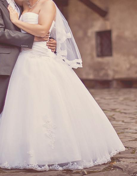 Bielučké vyšívané svadobné šaty  - Obrázok č. 1