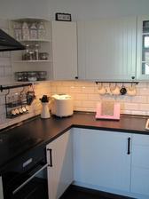 V Kiku jsem koupila šedý stojánek na kuchařku a přetřela si ho na růžovo... aby mi ladil :-)