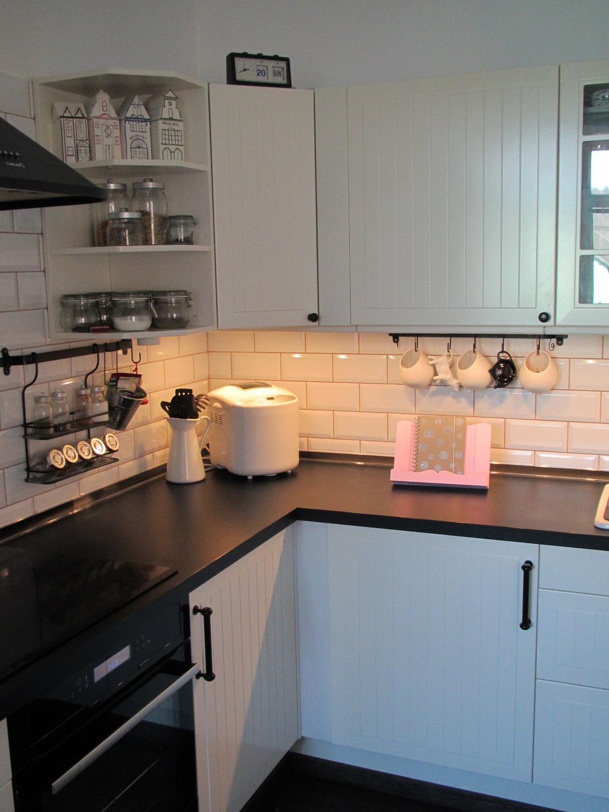 U nás... - V Kiku jsem koupila šedý stojánek na kuchařku a přetřela si ho na růžovo... aby mi ladil :-)