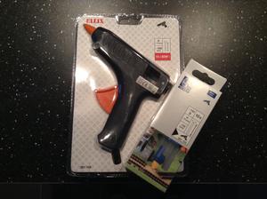 Brouk mi dnes pořídil pomocníčka na tvoření - tavná pistole + náboje :)