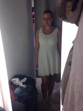 Dneska jsem se stavěla v NY jen tak na kukačku a na to, že jsem sháněla něco v barvě svatby, sáhla jsme po úplně jednoduchých šatičkách na převlečení ;) Nevěsta by přece jen měla být celý den v bílé :)