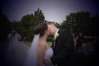 Na to, že má můj drahý problém mi dát pusu na veřejnosti to byla ta nejdelší a nejkrásnější pusa jakou jsem kdy dostala. Překvapil :-D